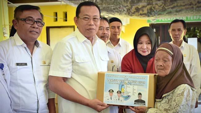 SIMBOLIS: Bupati H Dadang menyerahkan paket sembako kepada lansia di Kelurahan Dawuhan, pagi kemarin (im)