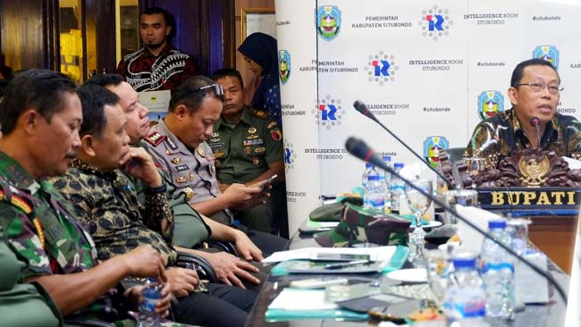 BERPIHAK KEPADA MASYARAKAT: Bupati H Dadang Wigiarto SH menyampaikan harapan-harapannya terkait nasib warga Dusun Merak. (im)