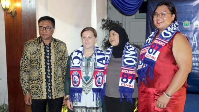 Wakil Walikota Malang, Ir H Sofyan Edi Jarwoko, menyematkan syal Arema kepada peserta terbaik. (rhd)