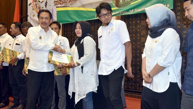 DESA INOVATIF - Wabup Sidoarjo, Nur Ahmad Syaifuddin menyerahkan hadiah kepada sejumlah desa terinovatif dalam acara Program Inovasi Desa (PID) di Favehotel, Sidoarjo, Rabu (18/9/2019)