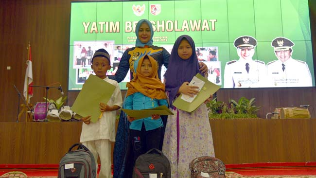 Bupati Jember dr Faida bersama anak yatim piatu bersholawat di pendopo wahyawibawagraha. (gik)