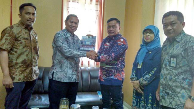 Kepala Dinas Tenaga Kerja Kabupaten Malang Drs Yoyok Wardoyo Saat Menerima Kadisnakertrans Kotawaringin Barat. (sur)