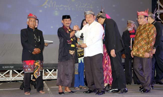 PENGHARGAAN - Bupati Sidoarjo, Saiful Ilah memberikan penghargaan Munali Patah Award 2019 di gedung MPP, Rabu (18/9/2019)