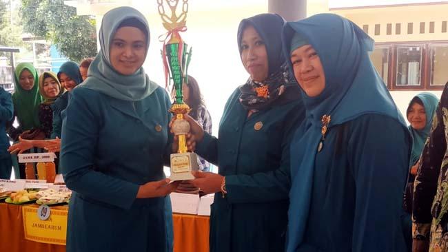 Musfarinah Thoriq Serahkan Tropi Pemenang Lomba Bazar dan Cipta Menu Pasrujambe