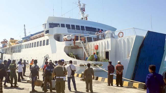 BESAR : KM Dharma Kartika III saat sandar di Pelabuhan Taddan, Kamis (12/9/2019). (zyn)