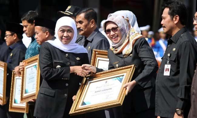 Wabup Lumajang Terima Penghargaan dari Gubernur Jatim