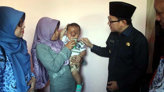 Arsa saat digendong ibunya, saat dikunjungi Walikota Malang Sutiaji dan oleh Kepala Dinkes Kota Malang, Supranoto