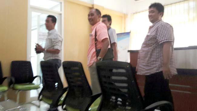 LURUK - Sejumlah pengurus dan anggota Asosiasi Kontraktor Sidoarjo meluruk PPKom Dinas PU Bina Marga dan Sumber Daya Air serta Pokja ULP Pemkab Sidoarjo, Senin (01/07/2019). (wan)