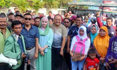 Istri Bupati Trenggalek, Novita Hardiny dan Sekda Trenggalek Joko Irianto saat bersama dengan pengungsi Wamena asal Kabupaten Trenggalek