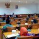 Suasana tes tulis dan wawancara bakal calon kepala desa di Aula Besar Pemkab Sampang. (zyn)