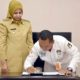 Ketua KPU M Syai'in bersama Bupati Jember saat menandatangani NPHD. (Kj 1)